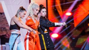 Tre kvinnor på scenen