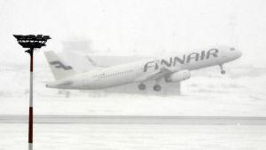 Snöyra stör flygtrafiken