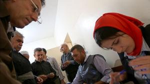 Kurdiska väljare och valförrättare i Erbil, Kurdistan.