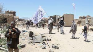 Talibanrebeller har satt upp vägspärrar och tänt eld på regeringsbyggnader och lokala ämbetsverk
