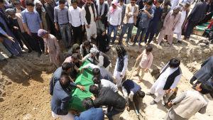Massbegravning av studenter som dödades i skola i Kabul