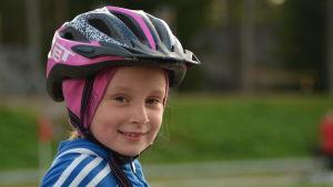 8-åriga Adriana Riska tränar terrängcykling.