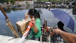 Tiotusentals filippinier i kustområden på norra Luzon har börjat lämna sina hem inför supertyfonen Mangkhut