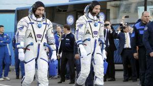 Nick hague och Alexey Ovchinin inför starten mot ISS.