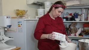 Rozanne Forsström häller socker i en degbunke