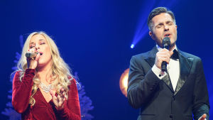 Krista Siegfrids och Peter Jöback sjunger med ögonen slutna.