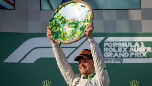 Valtteri Bottas höjer upp segertrofén efter Australiens Grand Prix.