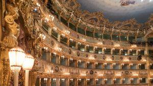 Salongen i Teatro La Fenice. Operabyggnaden återuppbyggdes efter att ha förstörts av en brand 1996