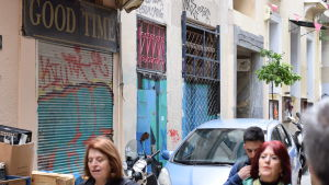 Igenbommade affärsfönster längs Atens gator
