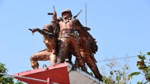 En staty som hedrar minnet av soldater som dödades av kommunister. Statyn består av soldater.