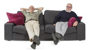 Jouko ja Esko istuvat sohvalla ja nauravat.