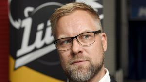 Mikko Manner blickar åt sidan.