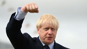 Boris Johnson talar med höjd näve