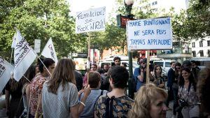 demonstration utanför en spelning med Bernard Cantat