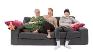 Eila, Minna ja Olli istuvat sohvalla.