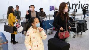 Inkommande resenärer från Kina granskas på flygplatser över hela världen