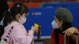 Över 7 700 smittofall har bekräftats, de allra flesta i den värst drabbade kinesiska provinsen Hubei.