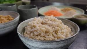Pärlgryn av korn i ett fat på ett bord
