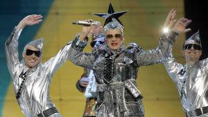 Verka Serduchka esiintyy vuoden 2007 Euroviisujen kenraaliharjoituksessa. Yllään hänellä on hopeinen tähtipäähine ja hopea paljettiasu.