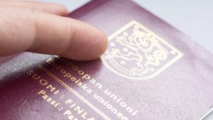 En person håller i ett finskt pass.