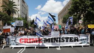 Benjamin Netanyahus motståndare protesterade mot honom på söndagen utanför premiärministerns residens.