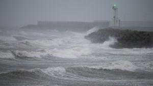Tyfonen Haishen närmade sig Sydkoreas näst största stad Busan med vindar på uppemot 40 meter per sekund.