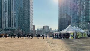 Invånare i Seoul i Sydkorea köar vid ett tillfälligt tält för coronavirustestning.