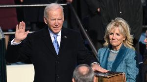 Joe Biden svär eden.
