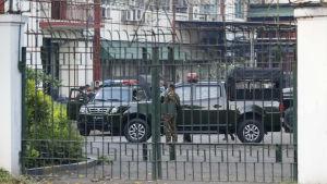 Soldater har intagit ställningar både i huvudstaden Naypyitaw och i landets största stad Yangoon. Dess soldater bevakar radio- och tv-centret i Yangoon.
