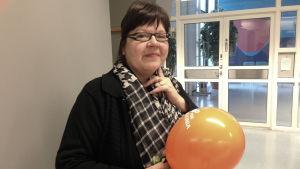 Susanne Olenius som lider av sjukdomen dystoni, besöker Radiohuset