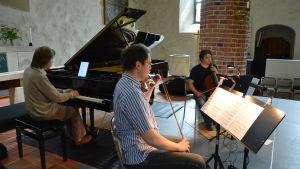 Sibelius Piano Trio spelar i Kimito kyrka.