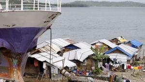 Tusentals människor bor ännu i tillfälliga skjul utan el och vatten efter Haiyan-tyfonen i november 2013.