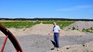 Matts Andersén visar kratermodellen.