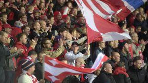 HIFK-anhängarna firar Joni Korhonens 1–0-mål.