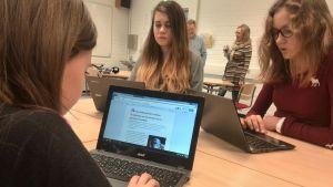 Åttondeklassare sitter i klassrum med datorer.