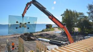 Fönster sätts in i Hangö havsbad.