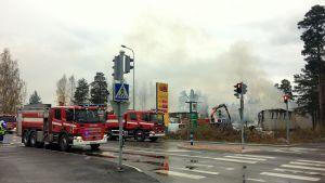 brandbilar vid brandplats
