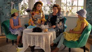 Onneli, Anneli, Tingelstiina ja Tangelstiina istuvat kahvipöydässä