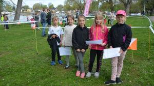 Skolbarn i Ekenäs fick prova på orientering i Skepparträdgården. De heter Theo Ingman, Luna Nyblom, Amalia Louise Rehn, Elin Fagerström och Ana Hallgren.