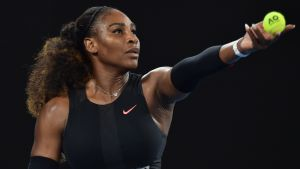 Serena Williams servar