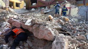 Räddningsarbete pågår i staden Juchitan i södra Mexiko efter en förödande jordbävning.
