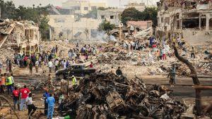 Förstörelsen vid den vägkorsning i Mogadishu där en lastbil exploderade på lördagen. Bilden tagen på söndagen 15.10.2017.