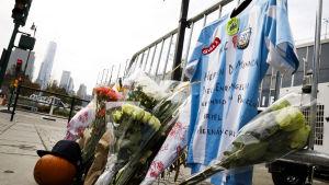 Sörjande har lagt ut blommor vid cykelvägen i New York där terrordådet inträffade