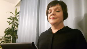 Bloggari lukee kirjaa