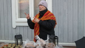 Eva Johansson säljer mathantverk på julmarknaden i Pargas