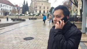 Attila Babos talar i telefon.