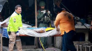 Gärningsmännen utlöste en bomb som hade placerats på en motorcykel mitt på torget