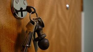 Nycklar i lås.