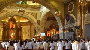 Den katolska kyrkan hör till de rikaste institutionerna i Filippinerna. Det finns en hel del storslagna kyrkor som under söndagsgudstjänsterna vanligen är proppfulla.