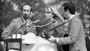 Folktrio Peter, Paul and Mary esiintyy Washingtonissa vuonna 1963